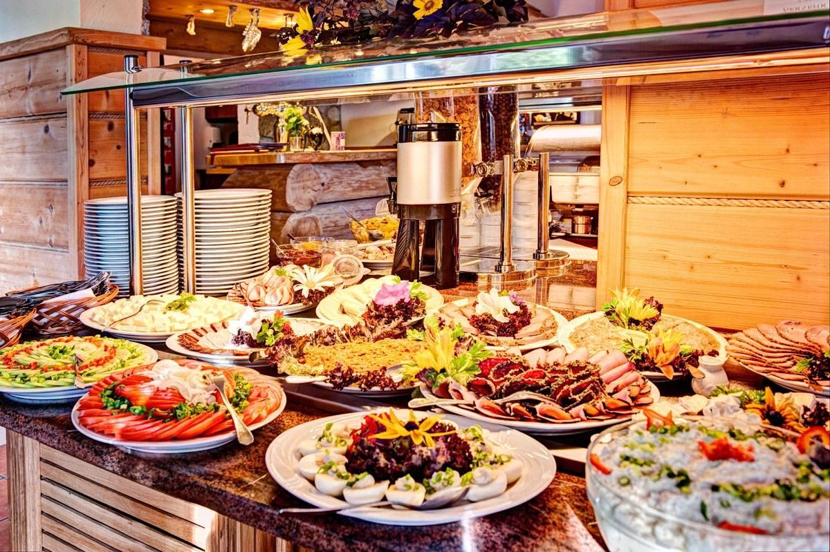 Turyści, którzy zdecydują się na Karkonoski*** SPA - pensjonat w Karpaczu - dostaną takie właśnie śniadania.