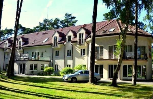 Budynek ośrodka wypoczynkowego MIRA-MAR z Pogorzelicy sfotografowany od strony zewnętrznej.