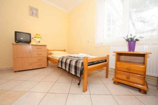 Fotka przedstawia pokój w ośrodku wypoczynkowym MIRA-MAR w Pogorzelicy (woj. zachodniopomorskie)