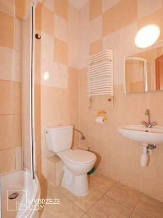 Po całym dniu pełnym atrakcji w Pogorzelicy można odświeżyć się w takiej oto łazience w ośrodku wypoczynkowym MIRA-MAR