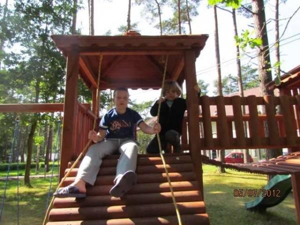 Dzieci chętnie spędzają czas w miejscach takich jak ten plac zabaw ośrodka wypoczynkowego MIRA-MAR - Pogorzelica, ul. Leśników 1.