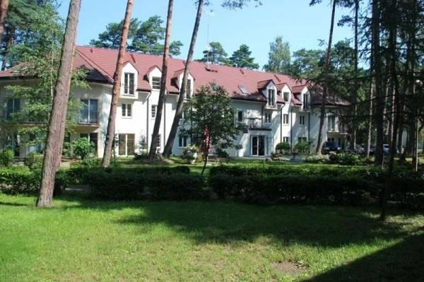Rzut oka na to, jak ośrodek wypoczynkowy MIRA-MAR w Pogorzelicy (ul. Leśników 1) prezentuje się od zewnątrz.
