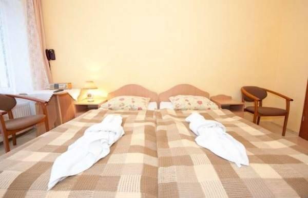 Zdjęcie przedstawia spanie małżeńskie w pokoju - MIRA-MAR | Pogorzelica (wypoczywaj nad morzem)