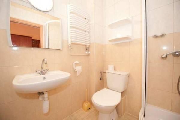 Na fotografii przedstawiona jest łazienka w ośrodku wypoczynkowym MIRA-MAR nad morzem