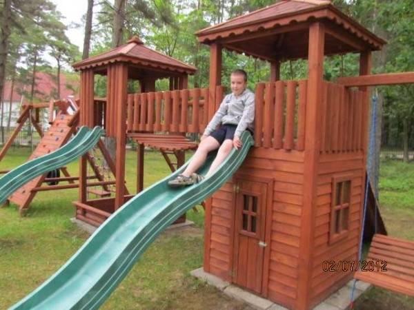 Coś dla dzieci od ośrodka wypoczynkowego MIRA-MAR, czyli plac zabaw znajdujący się na terenie obiektu z Pogorzelicy (ul. Leśników 1).