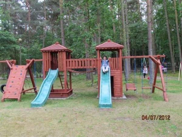 Plac zabaw w ośrodku wypoczynkowym MIRA-MAR - dostępny pod ręką i właściwie bez ograniczeń (Pogorzelica).