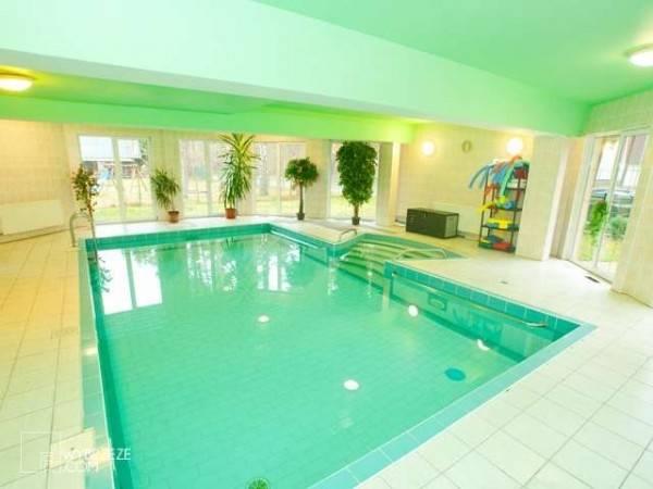 W ośrodku wypoczynkowym MIRA-MAR turyści mogą bardzo swobodnie korzystać z dobrodziejstw miejscowego basenu (ul. Leśników 1 w Pogorzelicy).