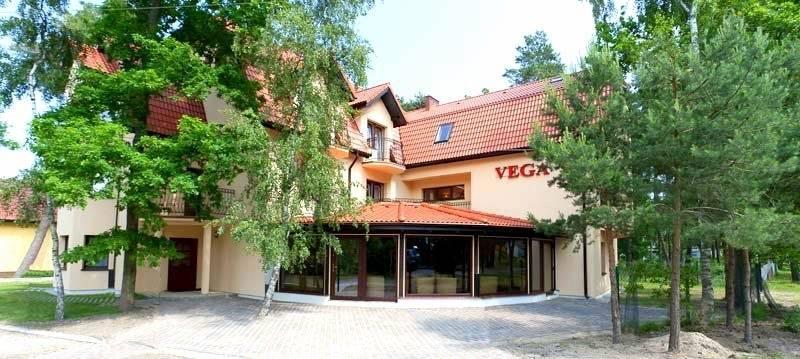 Rzut oka na to, jak pensjonat VEGA w Pobierowie (ul. Mazowiecka 21) prezentuje się od zewnątrz.