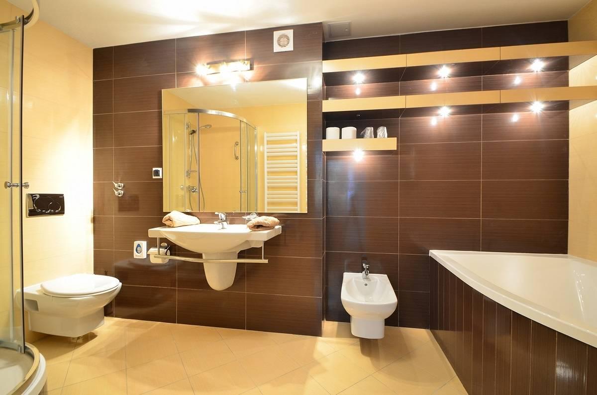 Tak prezentuje się łazienka w hotelu HOTEL KAROLINKA (ul. Linowa 3b, 58-540 Karpacz)