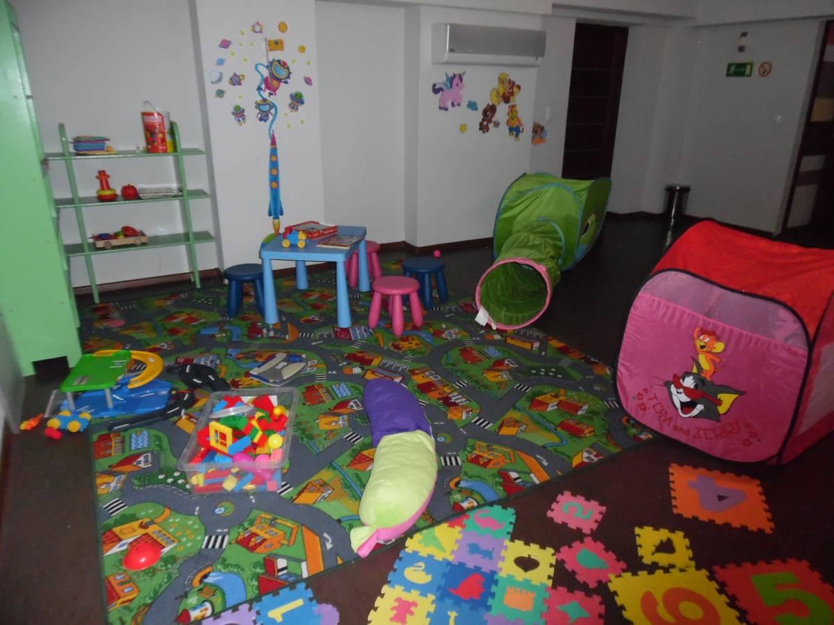 Karpacz, hotel HOTEL KAROLINKA - zdjęcie zrobione w specjalnym pokoju zabaw, funkcjonującym w obiekcie w górach.