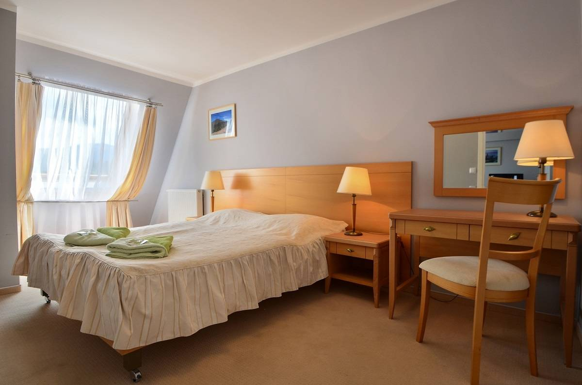 Hotel HOTEL KAROLINKA - łóżko małżeńskie w pokoju
