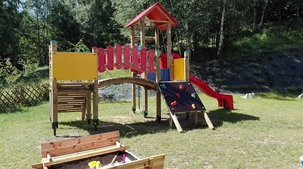 Coś dla dzieci od hotelu HOTEL KAROLINKA, czyli plac zabaw znajdujący się na terenie obiektu z Karpacza (ul. Linowa 3b).