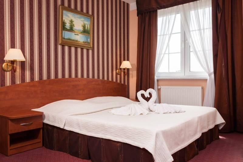 Zdjęcie przedstawia łoże małżeńskie w resorcie Bałtyk