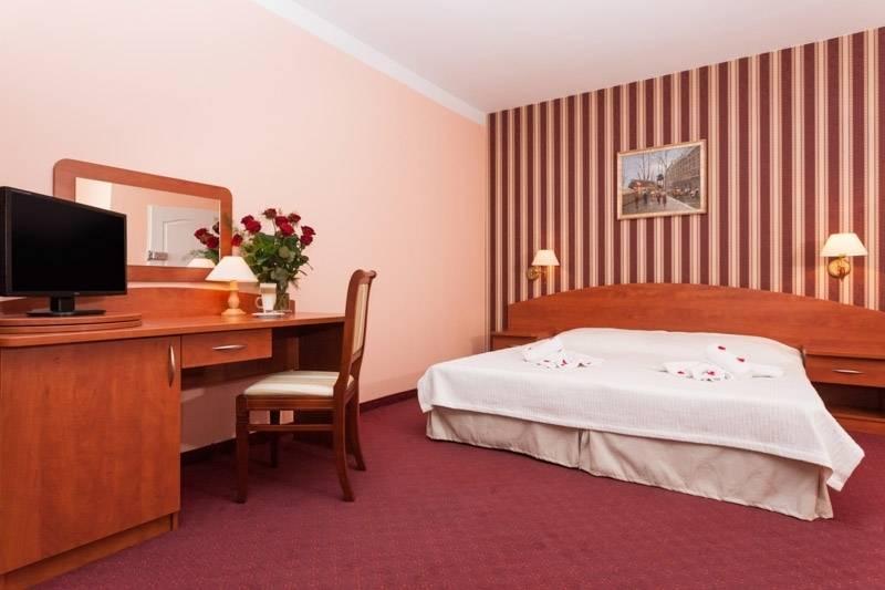 Fotografia przedstawia łóżko małżeńskie w pokoju - Bałtyk | Rewal (wypoczywaj nad morzem)
