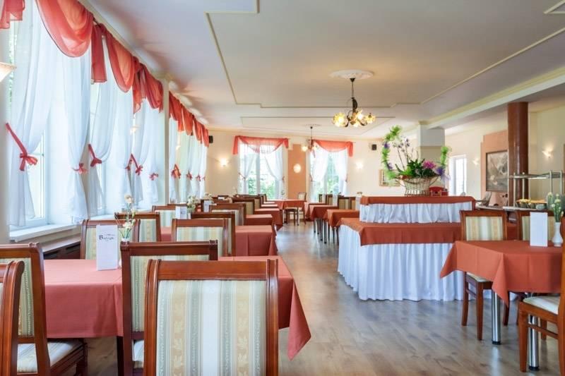 W jadalni resortu Bałtyk posiłki nad morzem smakują wyjątkowo.