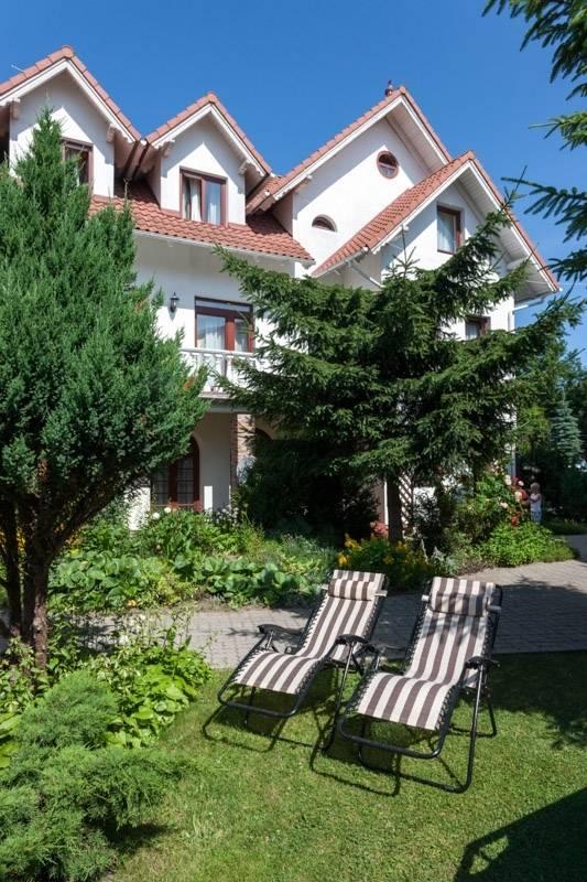 Przed wejściem do resortu Bałtyk (przy ul. Saperska 21, w Rewalu) możemy przyjrzeć się ogrodowi