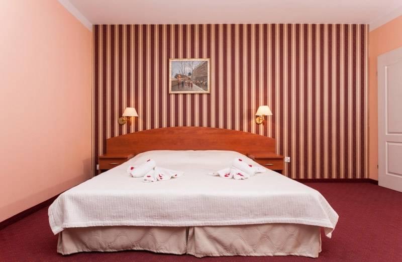 Na zdjęciu łoże małżeńskie w pokoju - Bałtyk | Rewal (wypoczywaj nad morzem)