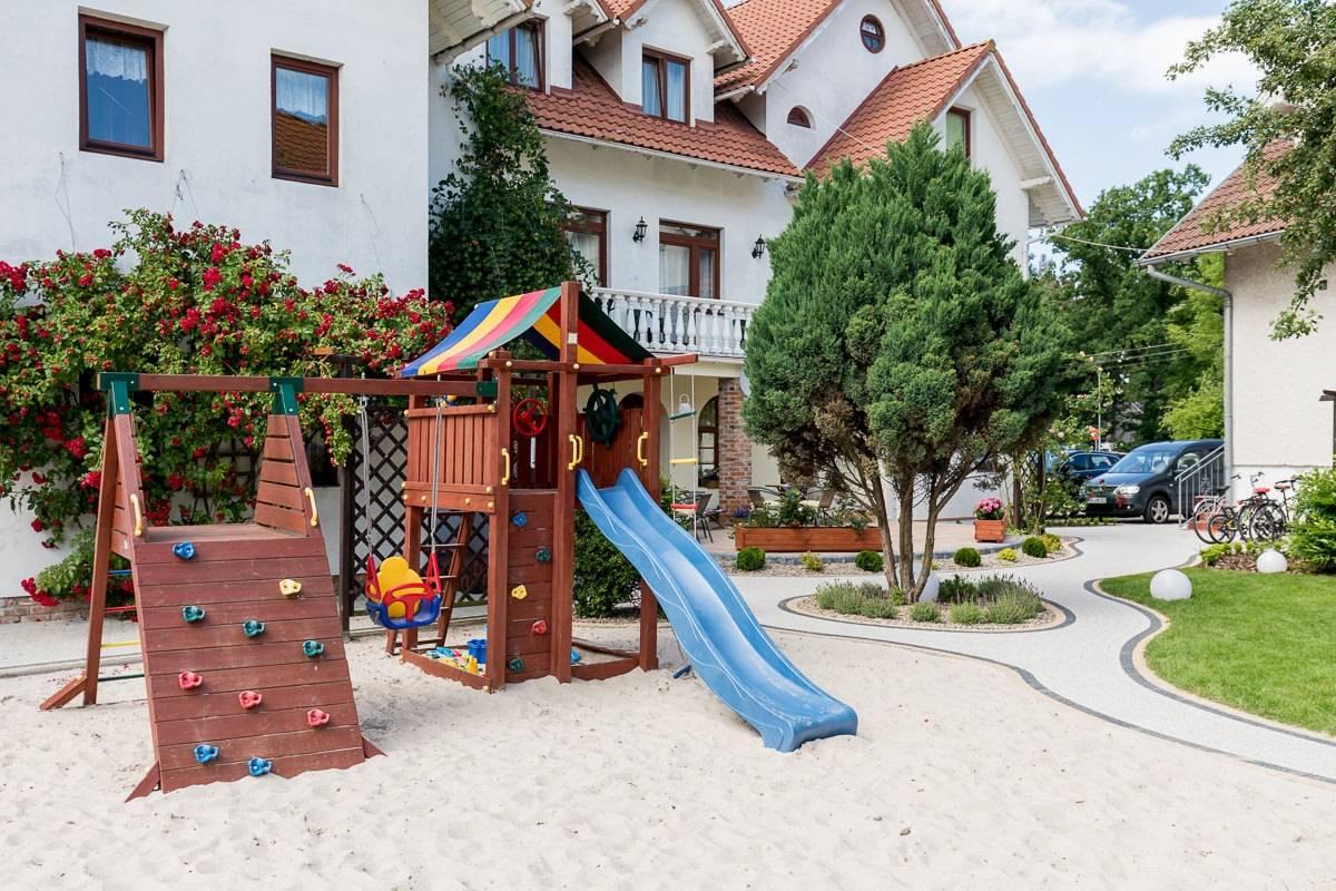 W resorcie Bałtyk dzieci mogą wyszaleć się na placu zabaw, znajdującym się na terenie obiektu w Rewalu.