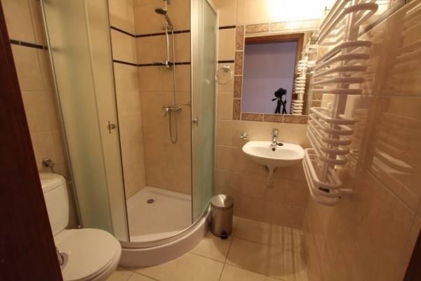 W pokoju Pensjonat EUROBAŁTYK w Rewalu można skorzystać z łazienki przedstawionej na fotce