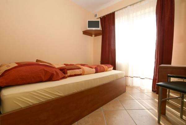 Fotografia przedstawia spanie w pokoju - EUROBAŁTYK Pensjonat i Domki | Rewal (wypoczywaj nad morzem)