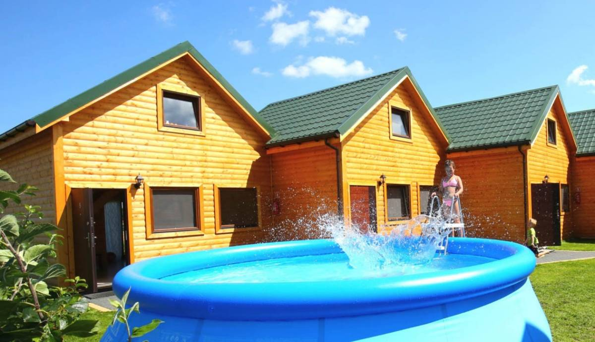 Tak właśnie wygląda basen, który dla wypoczywających w regionie turystów przygotowuje pokój EUROBAŁTYK Pensjonat i Domki.