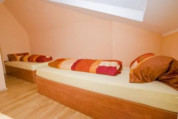 Zdjęcie przedstawia łóżko w pokoju - Pensjonat EUROBAŁTYK | Rewal (wypoczywaj nad morzem)