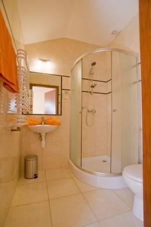Po całym dniu pełnym atrakcji w Rewalu można odświeżyć się w takiej oto łazience w pokoju Pensjonat EUROBAŁTYK