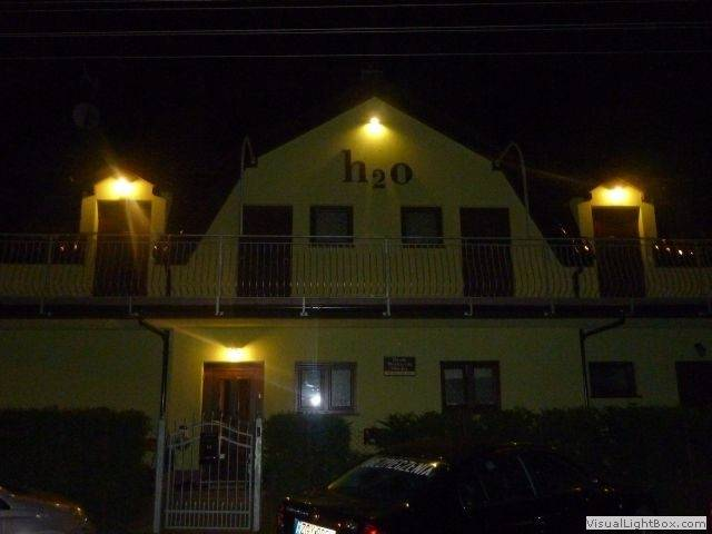 Nocna iluminacja w domu gościnnym Dom Gościnny H2O z Pobierowa na barwnym zdjęciu.