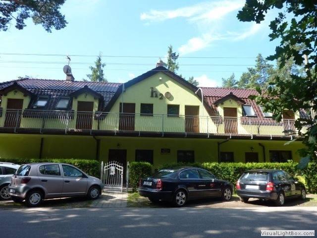 Rzut oka na to, jak dom gościnny Dom Gościnny H2O w Pobierowie (ul. Warszawska 12) prezentuje się od zewnątrz.