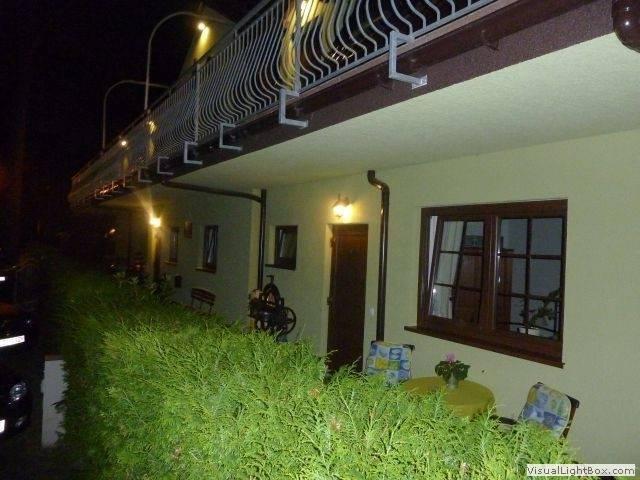 Dom Gościnny H2O nocą, czyli dom gościnny nad morzem wieczorową porą w Pobierowie.