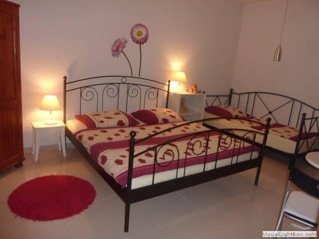 Łóżko małżeńskie w domu gościnnym Dom Gościnny H2O w Pobierowie
