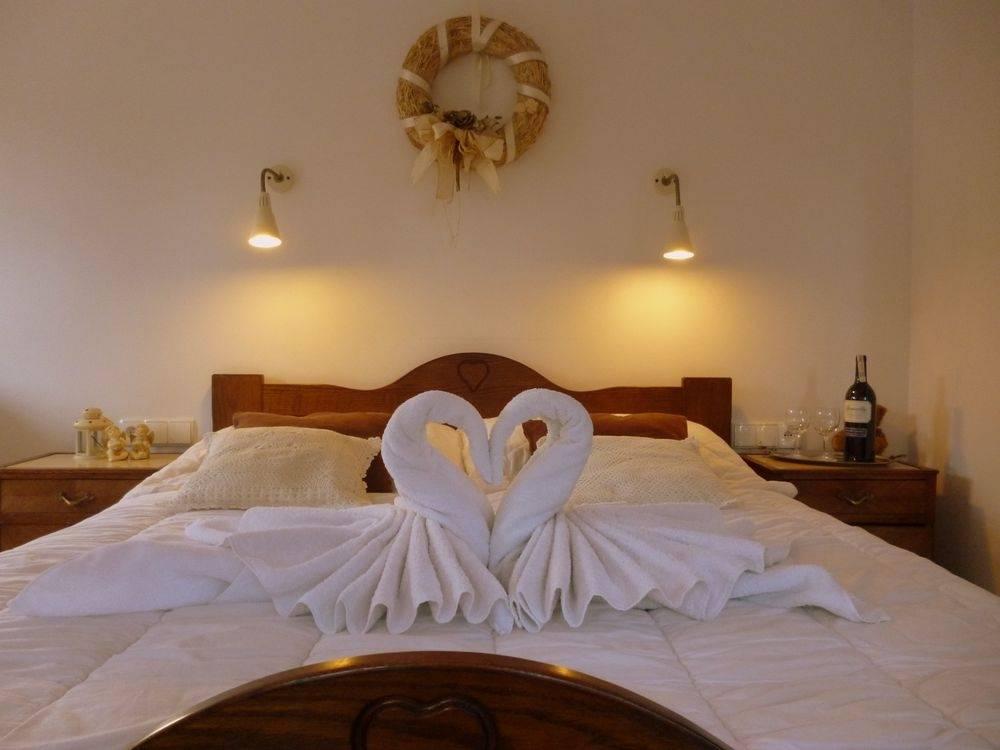 Fotografia przedstawia łóżko małżeńskie w domu gościnnym Dom Gościnny H2O