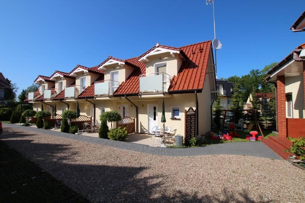 Apartament Apartamenty POD MUZAMI mieści się nad morzem - na fotografii ogólny obraz obiektu oglądanego z zewnątrz.