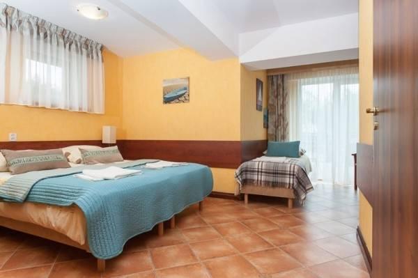 Łóżko małżeńskie w pokoju - ośrodek wypoczynkowy Domki i Pokoje BOSMAN
