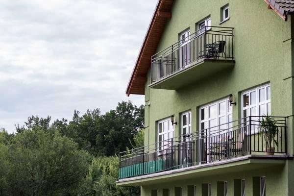 Ośrodek Wypoczynkowy Domki i Pokoje BOSMAN mieści się nad morzem - na fotografii ogólny obraz obiektu oglądanego z zewnątrz.