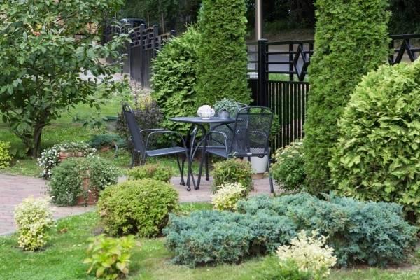 Przed wejściem do ośrodka wypoczynkowego Domki i Pokoje BOSMAN (przy ul. Klifowa 36, w Rewalu) możemy przyjrzeć się ogrodowi