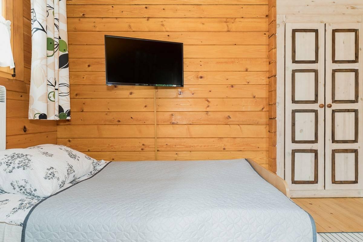 Ośrodek Wypoczynkowy Domki i Pokoje BOSMAN - łóżko małżeńskie w pokoju