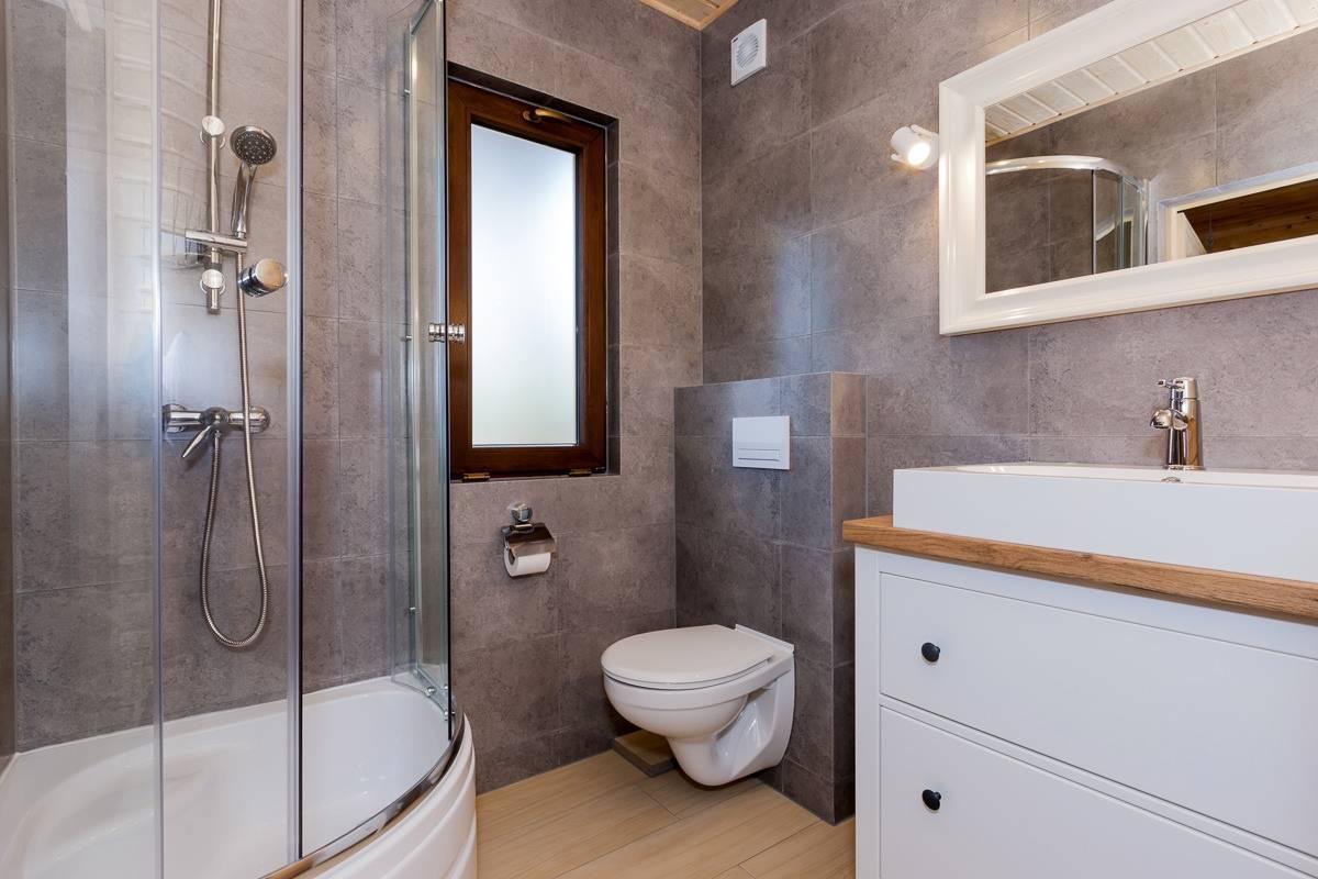 Ośrodek Wypoczynkowy Domki i Pokoje BOSMAN nad morzem posiada tak wyposażone łazienki