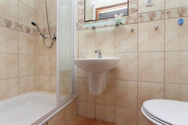 Po całym dniu pełnym atrakcji w Rewalu można odświeżyć się w takiej oto łazience w ośrodku wypoczynkowym Domki i Pokoje BOSMAN