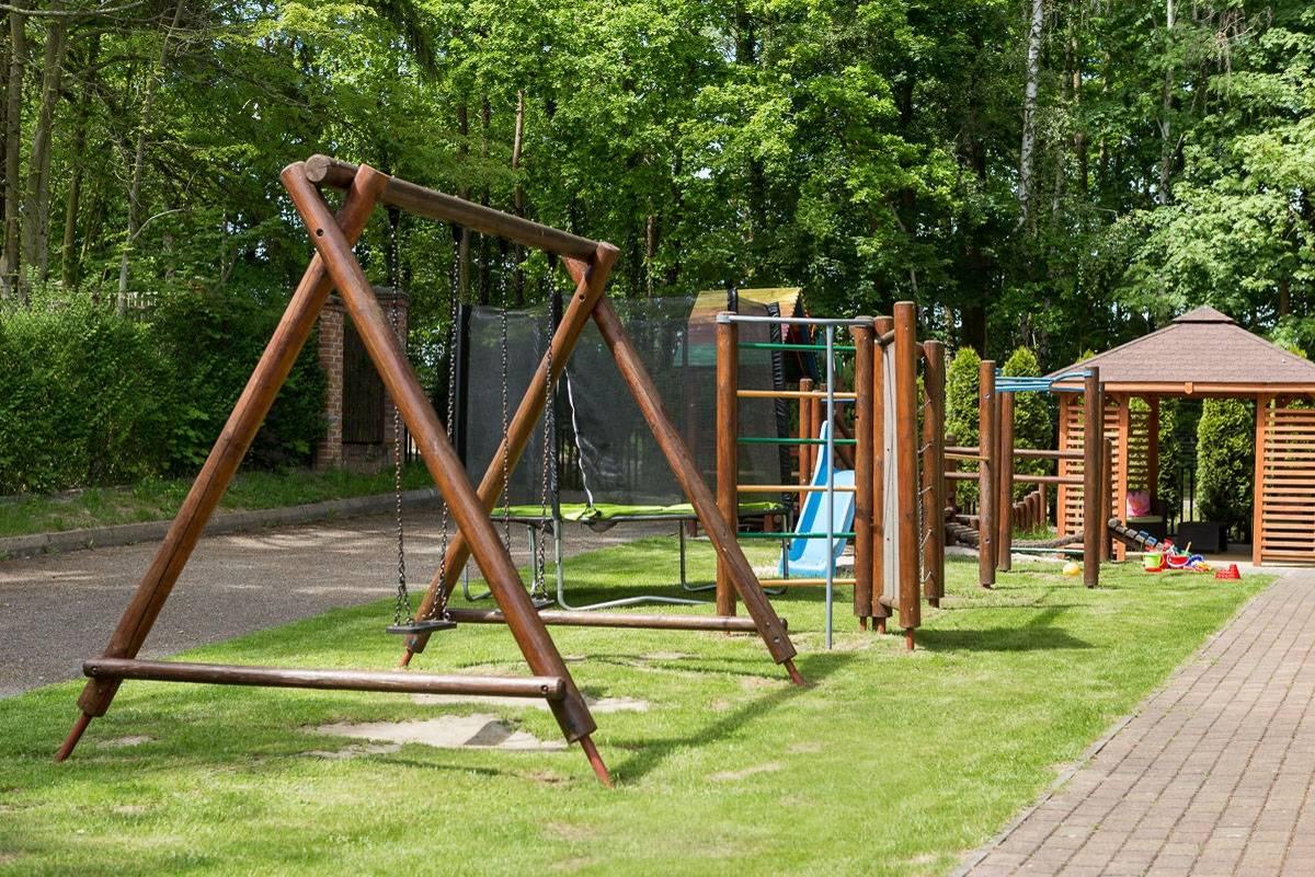 Coś dla dzieci od ośrodka wypoczynkowego Domki i Pokoje BOSMAN, czyli plac zabaw znajdujący się na terenie obiektu z Rewala (ul. Klifowa 36).