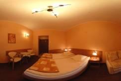 Łóżko małżeńskie w pokoju - Pensjonat L&B ***
