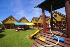 Domki i Pokoje REKIN - domek letniskowy posiadający w Rewalu plac zabaw.