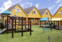 Dziecięce harce nad morzem - plac zabaw domku letniskowego Domki i Pokoje REKIN z Rewala.