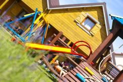 Dzięki placowi zabaw domku letniskowego Domki i Pokoje REKIN dzieci powinny być bardziej zadowolone z Rewala.