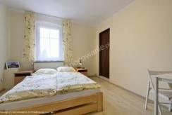 Łóżko małżeńskie w pokoju - Ośrodek ANNA w Miłkowie
