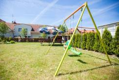 Plac zabaw, jaki posiada ośrodek wczasowy Grupa Obiektów GRYF-TOUR.