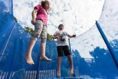 Dziecięce harce nad morzem - plac zabaw ośrodka wypoczynkowego Domki i Pokoje BOSMAN z Rewala.