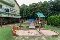 Domki i Pokoje BOSMAN - ośrodek wypoczynkowy posiadający w Rewalu plac zabaw.