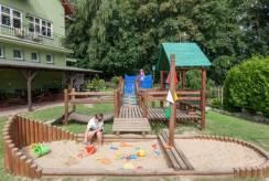 W ośrodku wypoczynkowym Domki i Pokoje BOSMAN dzieci mogą liczyć na taki plac zabaw.
