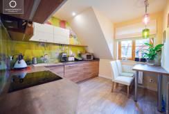 Apartament APARTAMENTY w KARPACZU. eu w górach i zdjęcie aneksu kuchennego.
